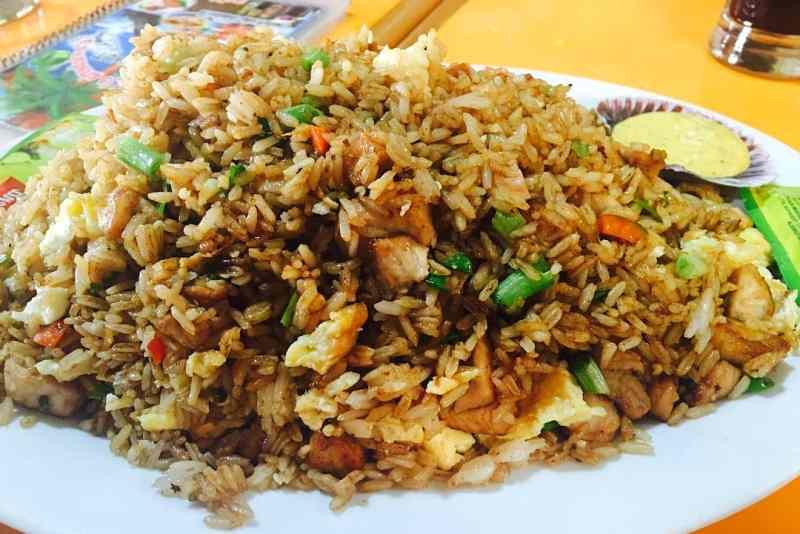 imagen de un plato de arroz chaufa de pescado
