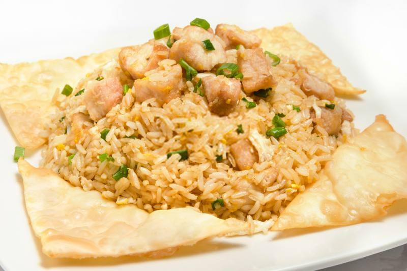 imagen plato de arroz chaufa de pollo con wantan frito