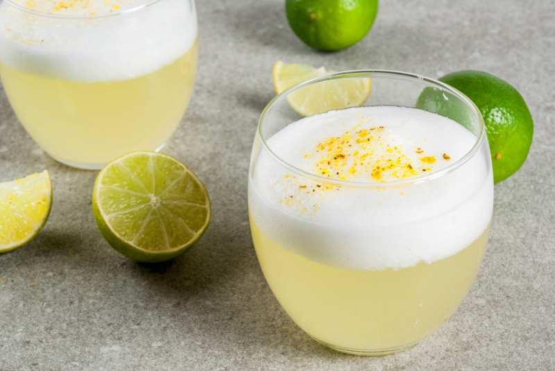imagen dos copas con pisco sour peruano