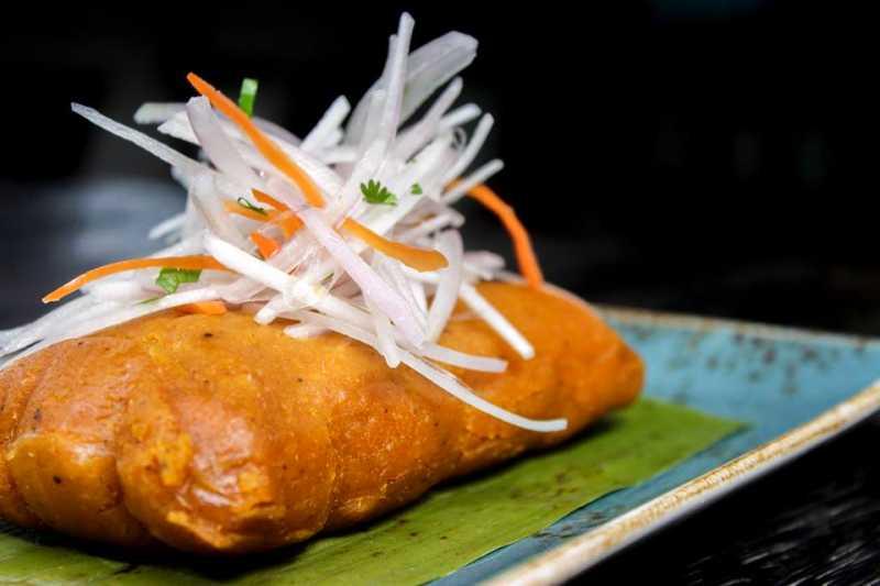 imagen de tamales peruanos con su sarsa criolla