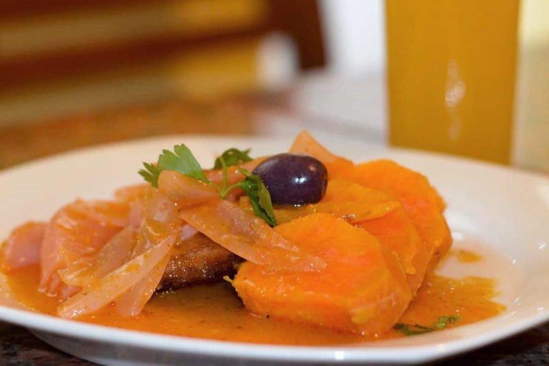 imagen de un plato de escabeche de pescado con camote y aceituna