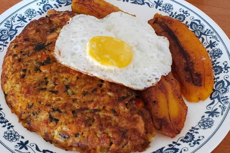 imagen plato tacu tacu con frejoles, huevo y platano frito